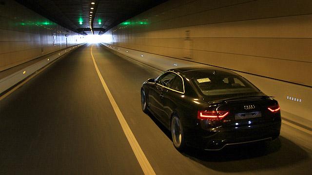在隧道当中,按下车窗,将RS5调至动态模式,那种高亢的声浪冲击耳膜的效果更为强烈。