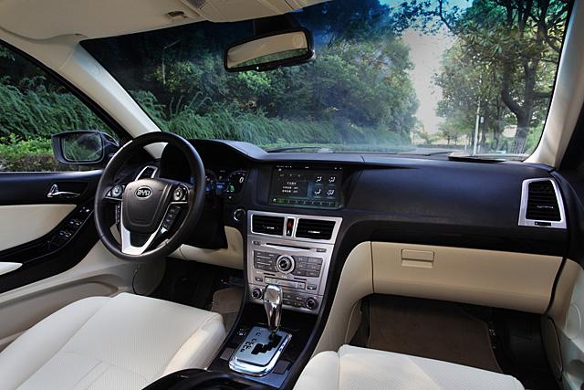 进入思锐的车厢内部,最吸引你眼球的相信会是中控台顶端尺寸达到10.2英寸触摸式显示屏,而按动点火开关之后,2.1英寸的全液晶仪表板相信更会让你不敢相信自己身处一台售价不到15万元的自主品牌车内。