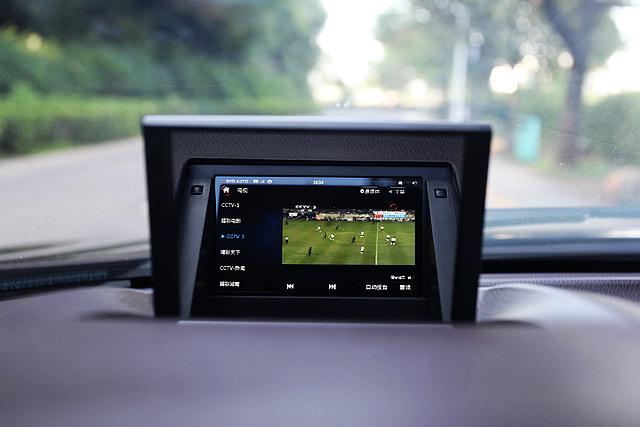 在行车过程当中,中控显示屏依然能够显示视频与电视节目等内容,甚至在HUD抬头显示器上也不例外,这一功能显然有违行车安全的原则。